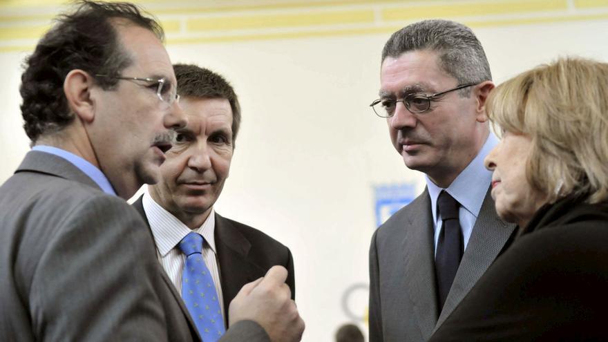 En el centro, Manuel Moix y Alberto Ruiz Gallardón