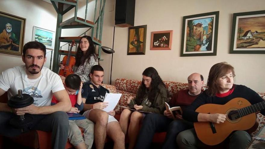 Fotografía cedida a EFE por la familia Mora-Huerta, de izquierda a derecha, Mario, Samuel, Dani, Miriam, Belén, Pedro y Rosa.