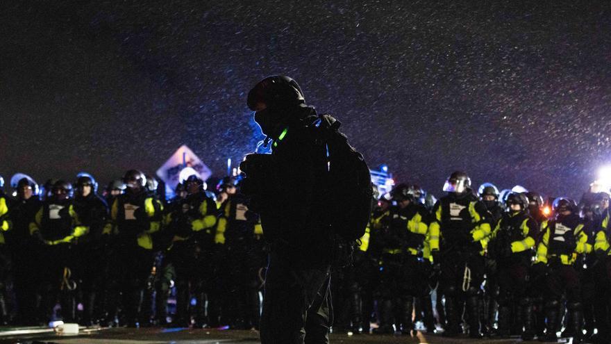 Tercer día de enfrentamientos entre manifestantes y policías en Mineápolis
