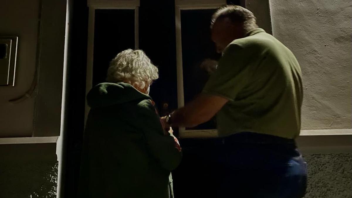 María Rosa y Florián entran en su casa, a pocos kilómetros de la erupción de La Palma