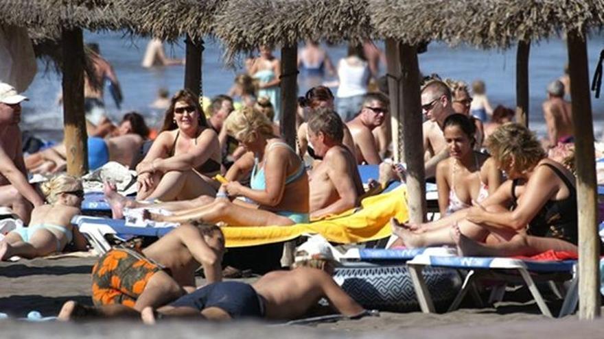 Turistas en el litoral del sur de Tenerife