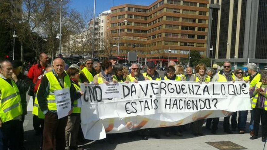 Integrantes del colectivo de los 'yayoflautas', concentrados en solidaridad con su compañera Ela (Foto: Yayoflautas)