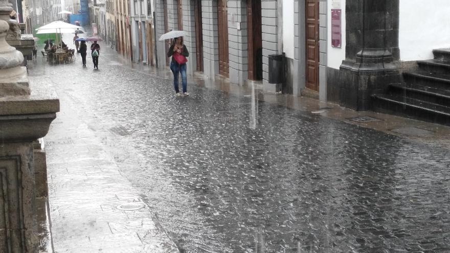 Lluvia cayendo a cántaros, este martes, en la Calle Rael en Santa Cruz de La Palma. Foto: Ayuntamiento de S/C de La Palma.