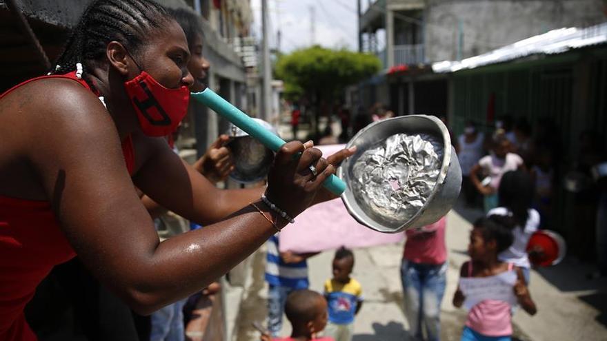 Cacerolazo por falta de ayuda humanitaria durante la cuarentena en Cali, Colombia, este 16 de abril