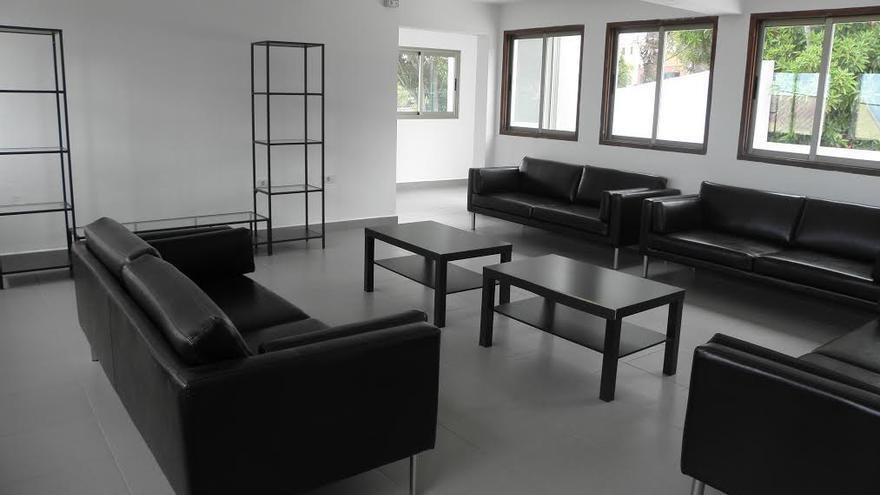 El albergue está equipado con un moderno mobiliario.