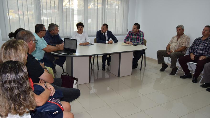 La consejera de Industria, Minerva Alonso se reúne con el alcalde el alcalde de Gáldar, Teodoro Sosa, y miembros de la Junta de Compensación del área industrial.