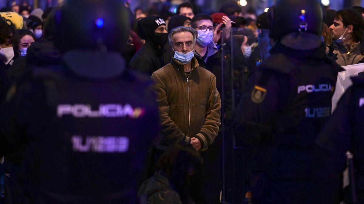 Efectivos policiales vigilan la manifestación para pedir la libertad del rapero Pablo Hasél, encarcelado por enaltecimiento de terrorismo, este sábado en Madrid.