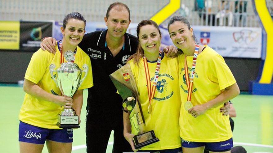 Carlos Herrera, celebrando uno de los títulos conseguidos junto a algunas de sus jugadoras