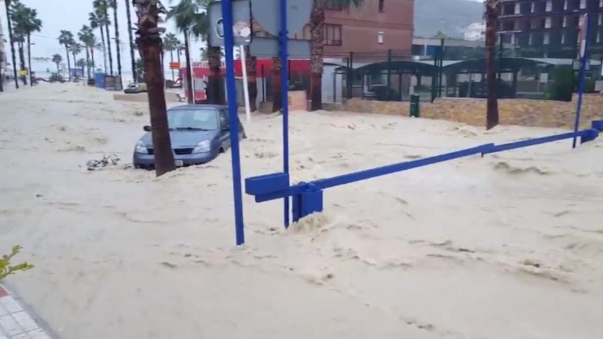 Imágenes de la cala de Finestrat en Alicante inundada por las lluvias.