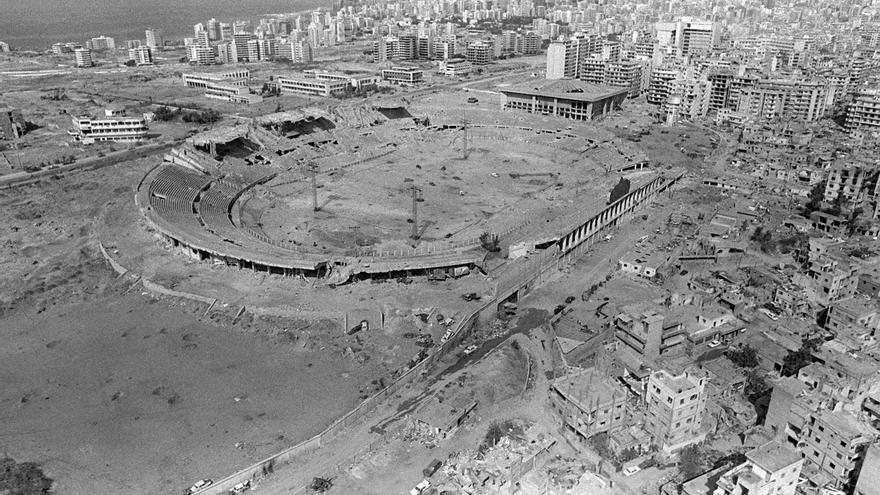 Vista aérea de un estadio utilizado como reservas de munición en la guerra civil libanesa después de los ataques aéreos israelíes en 1982.