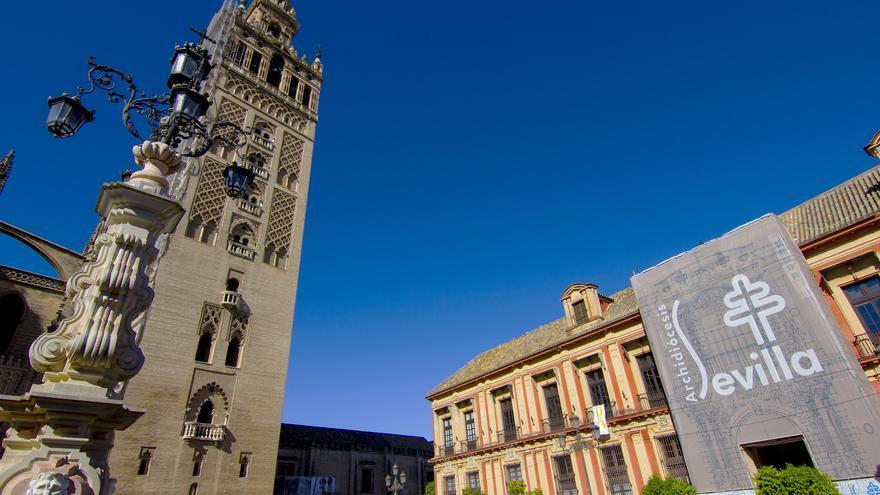 La Giralda de Sevilla desde la Plaza de la Virgen de los Reyes. Viajar Ahora