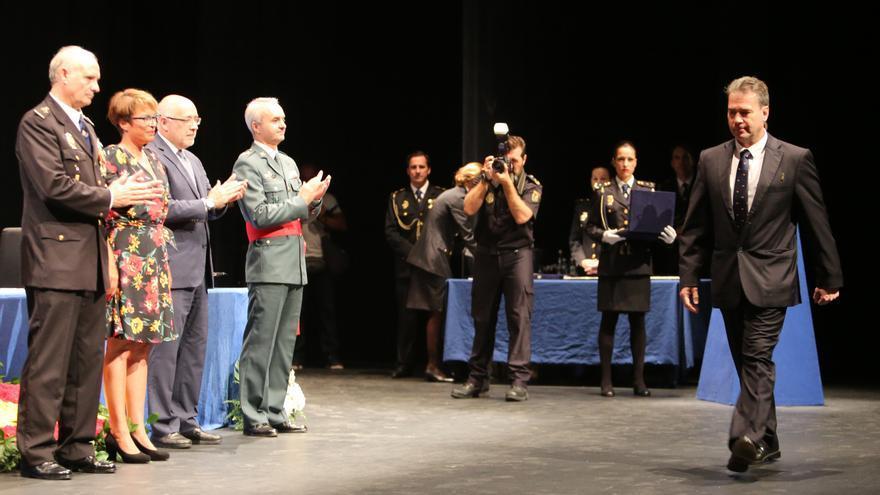El instructor Martín González recibiendo la Cruz al Mérito Policial con Distintivo Blanco en el día de la Policía.