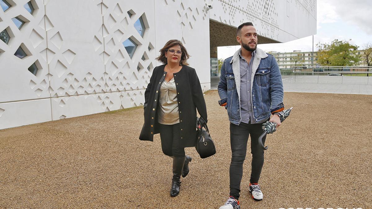María de los Ángeles Muñoz y su hijo, Cristian Menacho, a la salida de los juzgados | ÁLEX GALLEGOS
