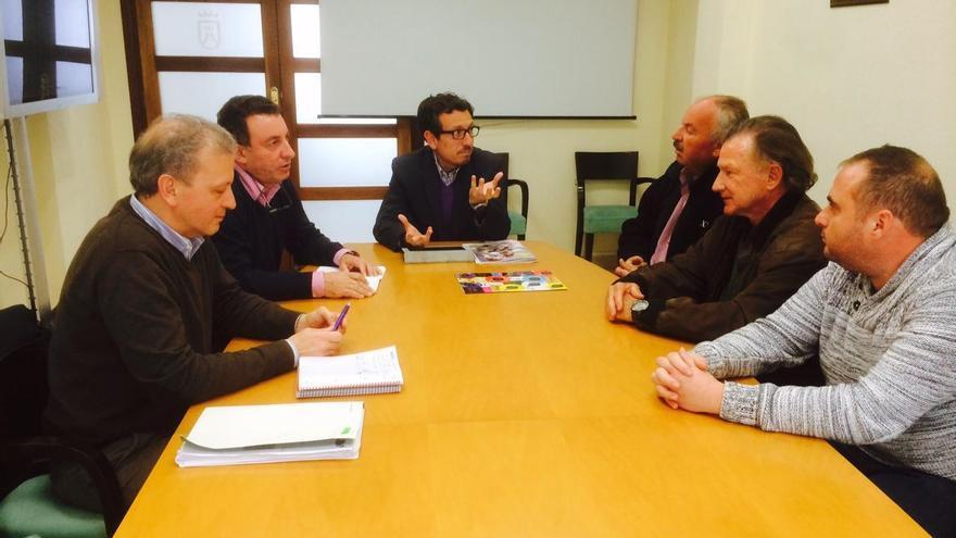 El consejero insular de Agricultura, Jesús Morales, junto a los representantes de la Asociación de Olivicultores de Canarias.