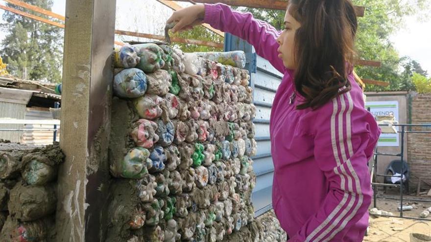 Residuos y unión, materia prima para el futuro de una villa miseria argentina