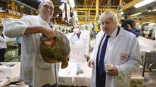 Boris Johnson en la mayor lonja de pescado del Reino Unido, durante la campaña del Brexit.