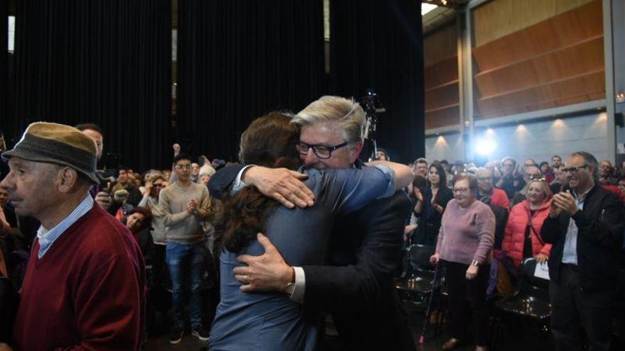 Pablo Iglesias y Pedro Santisteve se abrazan en el acto de Podemos de este martes en Zaragoza