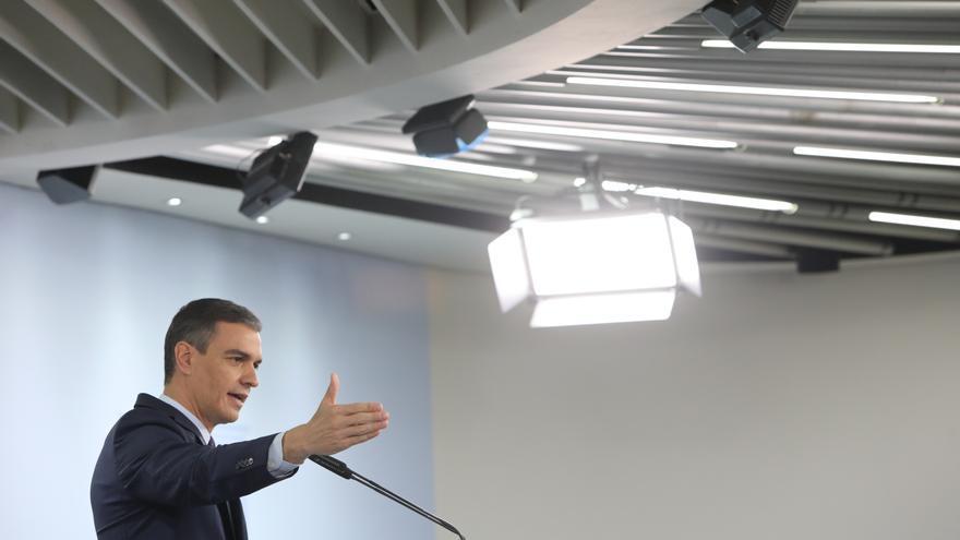 El presidente del Gobierno, Pedro Sánchez, interviene en una rueda de prensa tras la reunión del Consejo de Ministros en Moncloa, a 13 de abril de 2021, en Madrid (España)