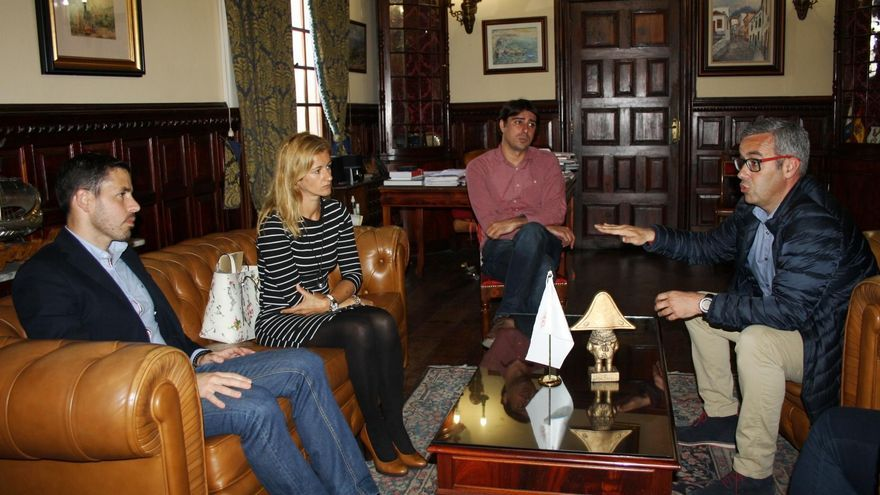 El alcalde de Santa Cruz de La Palma, Sergio Matos (d), y los concejales de Turismo e Infraestructuras, Virginia Espinosa y Manuel Abrante, con el director general de Infraestructuras Turísticas, Héctor Suárez (i).