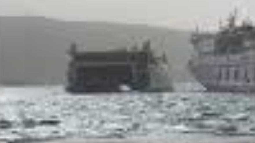 Barco de  Fred. Olsen impactando contra uno de Armas en Los Cristianos