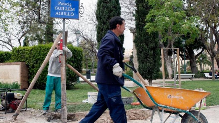 Los operarios han repuesto la placa del paseo en homenaje a la víctima de la ultraderecha Guillem Agulló