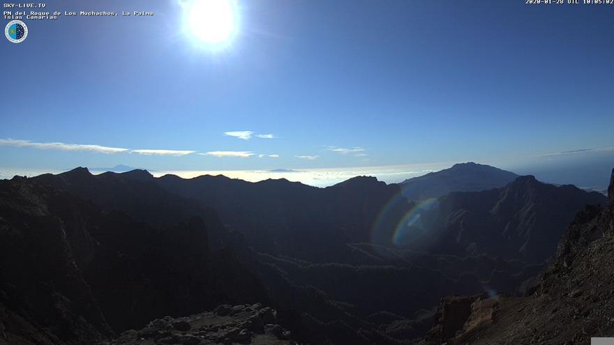 Imagen de las cumbres de La Palma captada en la mañana de este martes de la webcam de Sky Live TV del IAC en el Roque de Los Muchachos (Garafía).