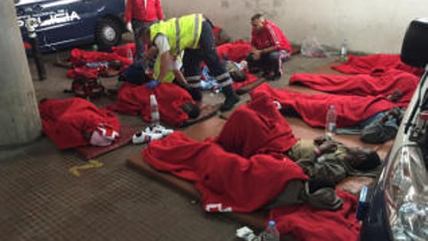 Inmigrantes recién llegados en patera a Canarias son atendidos en el suelo de la comisaría de Maspalomas