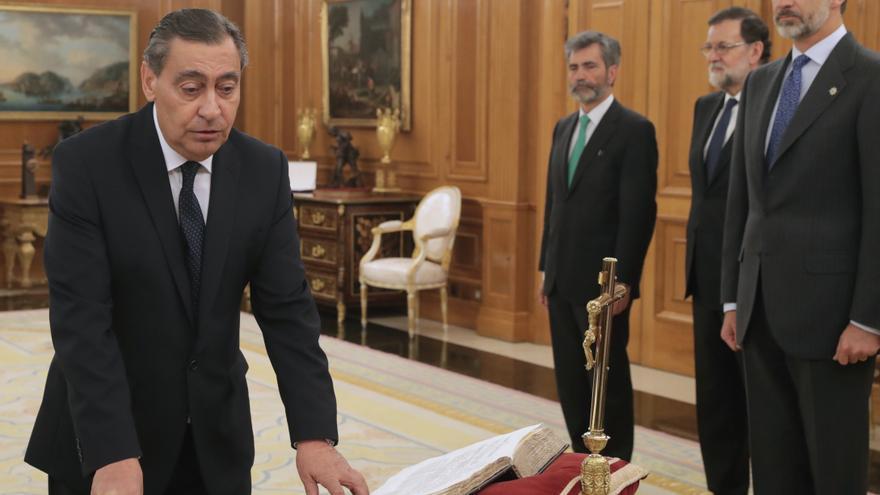 El nuevo fiscal general del Estado, Julián Sánchez Melgar (i), jura o promete su cargo ante el rey Felipe VI, esta tarde en el Palacio de la Zarzuela. Al acto han asistido el presidente del Gobierno, Mariano Rajoy (2d), y el presidente del Consejo General del Poder Judicial (CGPJ), Carlos Lesmes (3d)