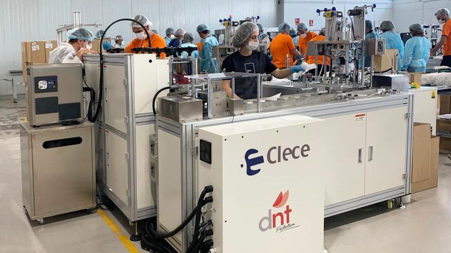 La máquina para fabricar mascarillas utilizada por la empresa.