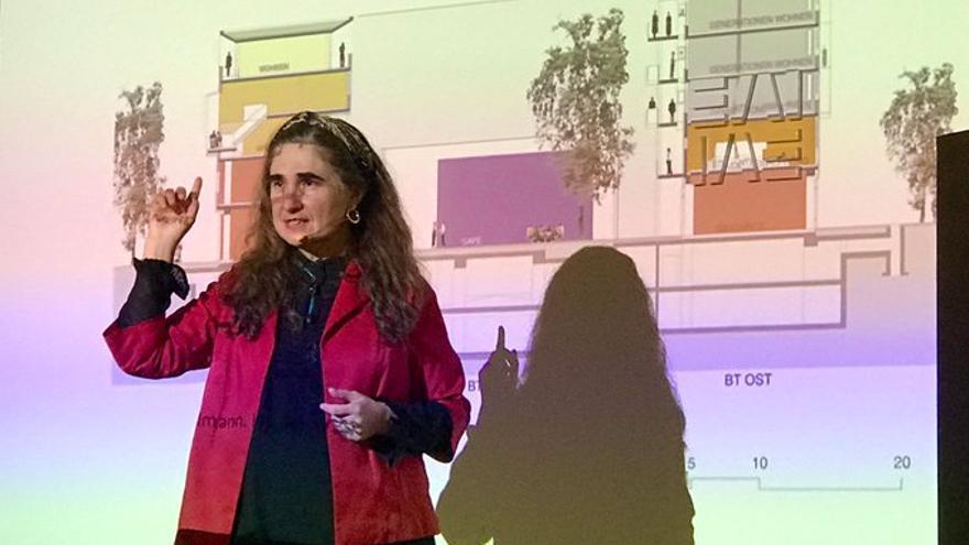 Inés Sánchez de Madariaga durante su ponencia en los Cursos de Verano de la UPV/EHU en San Sebastián