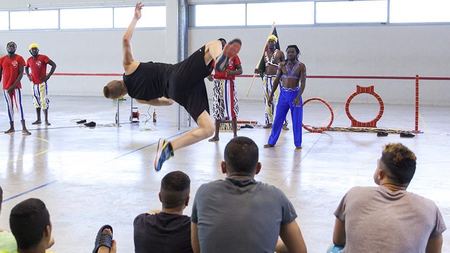 Actuación del grupo acrobático 'Afro Jungle Jeegs' en una de las clases.