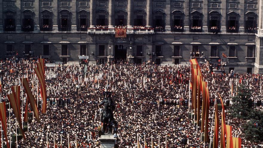 Madrid, 1-10-1975. - En la plaza de Oriente se congregó numeroso público que expresaba su apoyo al Jefe del Estado, Francisco Franco. Los manifestantes portaban banderas y pancartas contra el comunismo y el terrorismo. EFE/aa