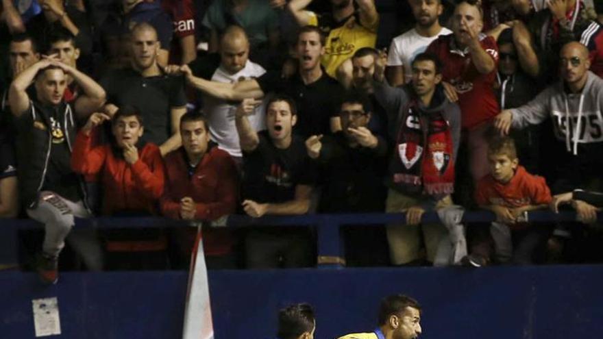 El defensa de la U.D Las Palmas David Garcia (d) celebra el gol conseguido ante Osasuna durante el partido de la séptima jornada de la Liga Santander de Primera División en  El Sadar. EFE/Jesús Diges