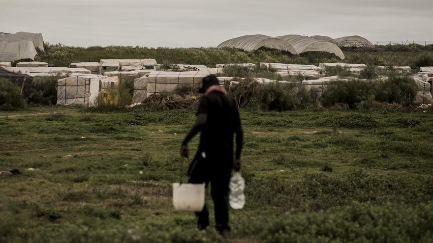 Un migrante camina con garrafas de agua hacia en la cabaña donde vive en Lepe, Huelva. Más de 1.400 migrantes viven en malas condiciones solo en Lepe, siendo este número de aproximadamente 3.000 en la provincia. Huelva, España, el 14 de abril de 2020. ©️ Javier Fergo