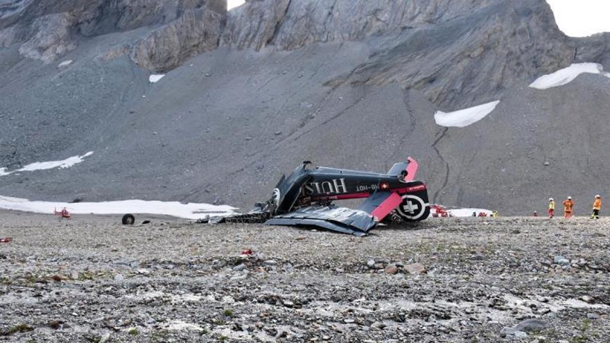 Foto facilitada por la Policía Cantonal de los Grisones que muestra los restos del avión Junkers JU-52 después de estrellarse en Flims, Suiza