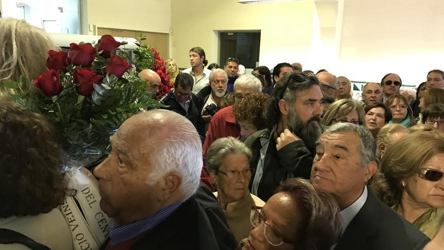 Familiares y allegados de Chacón se agolpan en el Ayuntamiento de Esplugues para despedirla