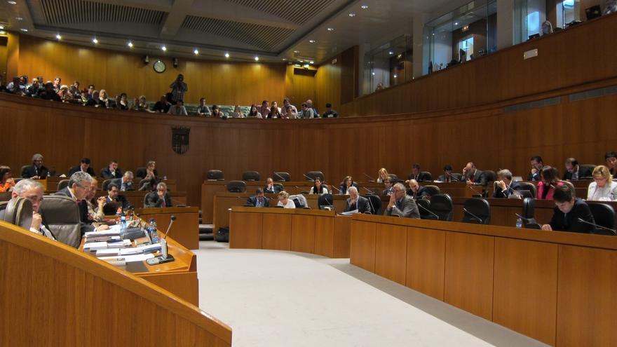 Las Cortes de Aragón aprueban la ley de lenguas propias, en la que catalán y aragonés dejan de llamarse así