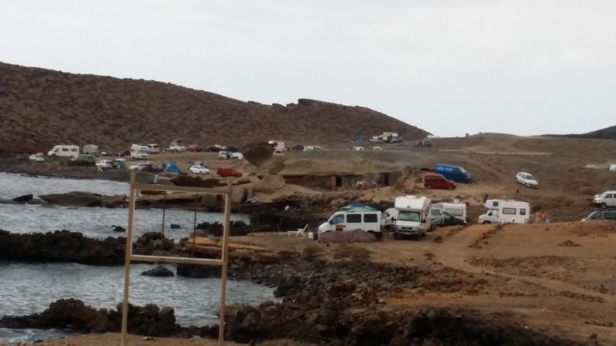 La canidata socialista advierte que los terrenos donde se acampa están protegidos.
