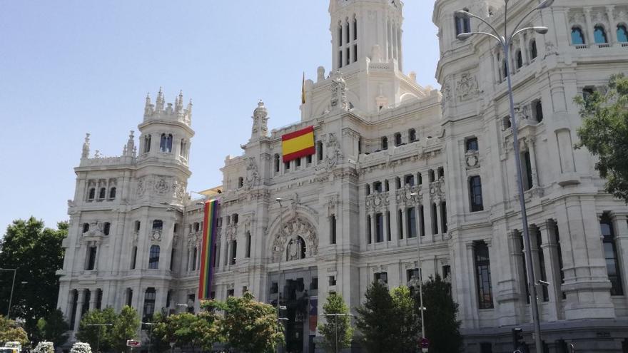 La bandera arcoíris, en un lateral de la fachada del Ayuntamiento tras la colocación de la bandera española en el centro