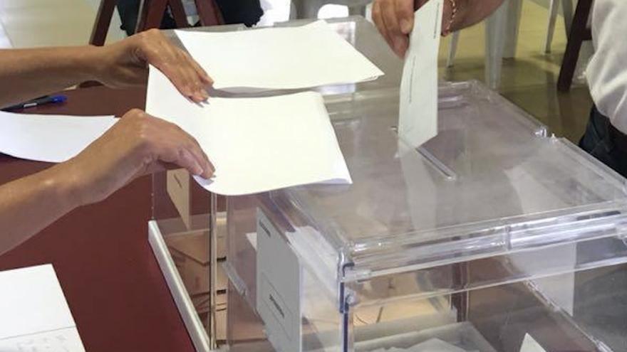 Una urna con votos.