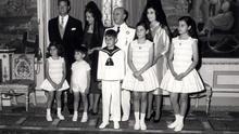 El dictador Francisco Franco, posa con toda su familia durante la primera comunión de su nieto Francis Franco Martínez Bordiú. En la primera fila. Merry, José Cristobal, Francis, Mariola y Carmen.