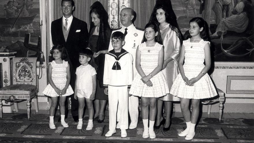 El jefe del Estado, Francisco Franco, posa con toda su familia durante la primera comunión de su nieto Francis Franco Martínez Bordiú. En la primera fila. Merry, José Cristobal, Francis, Mariola y Carmen.