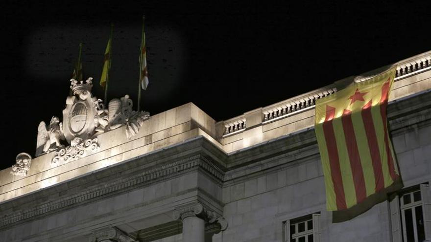 Retiran una estelada colgada en la fachada del Ayuntamiento de Barcelona