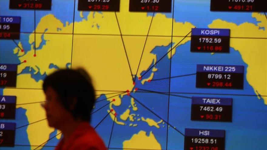 La Bolsa de Hong Kong baja un 0,8 % a media sesión
