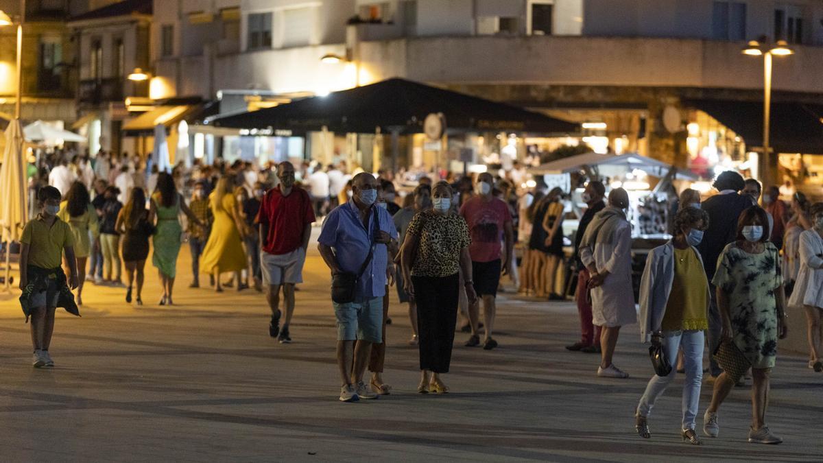 Varias personas pasean en Saxenxo, a 16 de julio de 2021, en Pontevedra, Galicia.