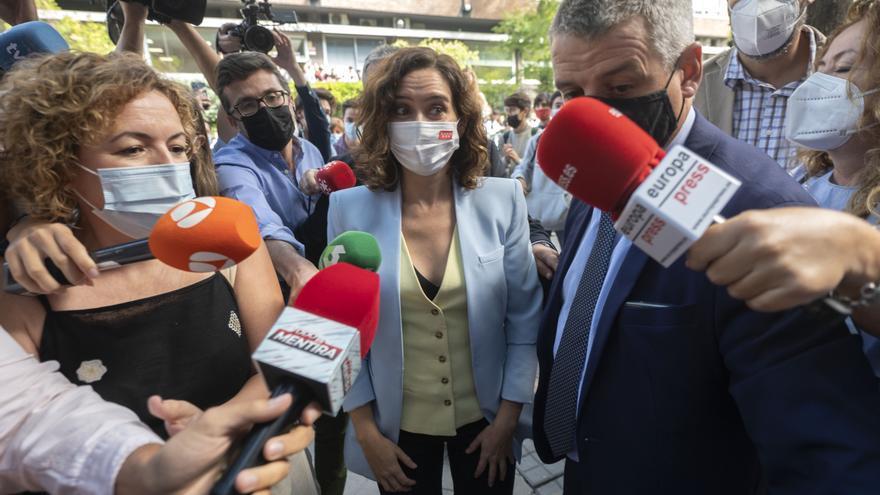La presidenta de la Comunidad de Madrid, Isabel Díaz Ayuso, ofrece declaraciones a los medios, a su llegada a la sesión de apertura del Título de Experto en Liderazgo y Compromiso Cívico, en la Universidad CEU San Pablo, a 16 de septiembre de 2021, en Mad
