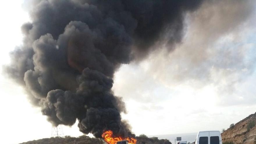 Enorme humareda ocasionada por el incendio de la guagua, este lunes en la TF-1