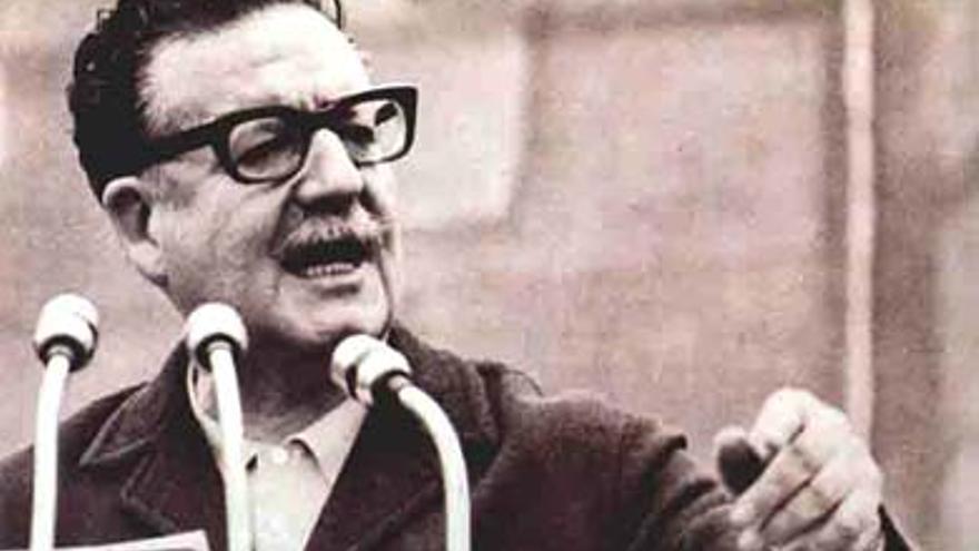 Salvador Allende dando un discurso. Foto: Jorge Barahona / Flickr