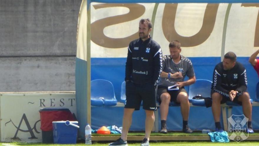 López Garai prefiere un corte diferente de defensa al que ofrece Dos Santos.