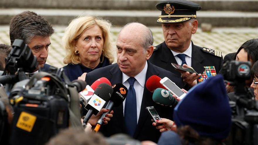 El ministro del Interior, Jorge Fernández Díaz. A su izquierda, el director de la Policía, Ignacio Cosidó, y a su espalda, el número dos del Cuerpo, Eugenio Pino